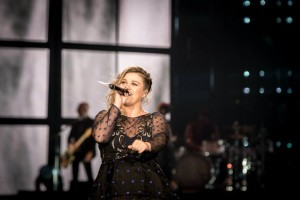 Kelly Clarkson Covers Prince's Iconic