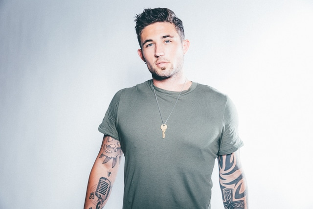 michael ray takes fan beind his tattoos