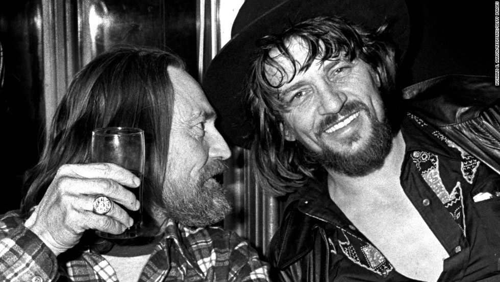 NEW YORK - 1978: Willie Nelson and Waylon Jennings enjoy a drink together in New York in 1978 (Photo by Richard E. Aaron/Redferns)