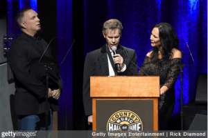 randy-travis-singing-at-country-music-hall-of-fame