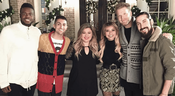 Ill Be Home For Christmas 2016.Nashvillegab Pentatonix And Kelly Clarkson Perform I Ll